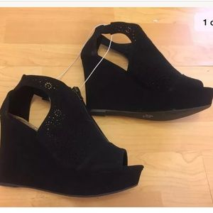 NEW Report perforated black wedges Sz 9.5 cut out